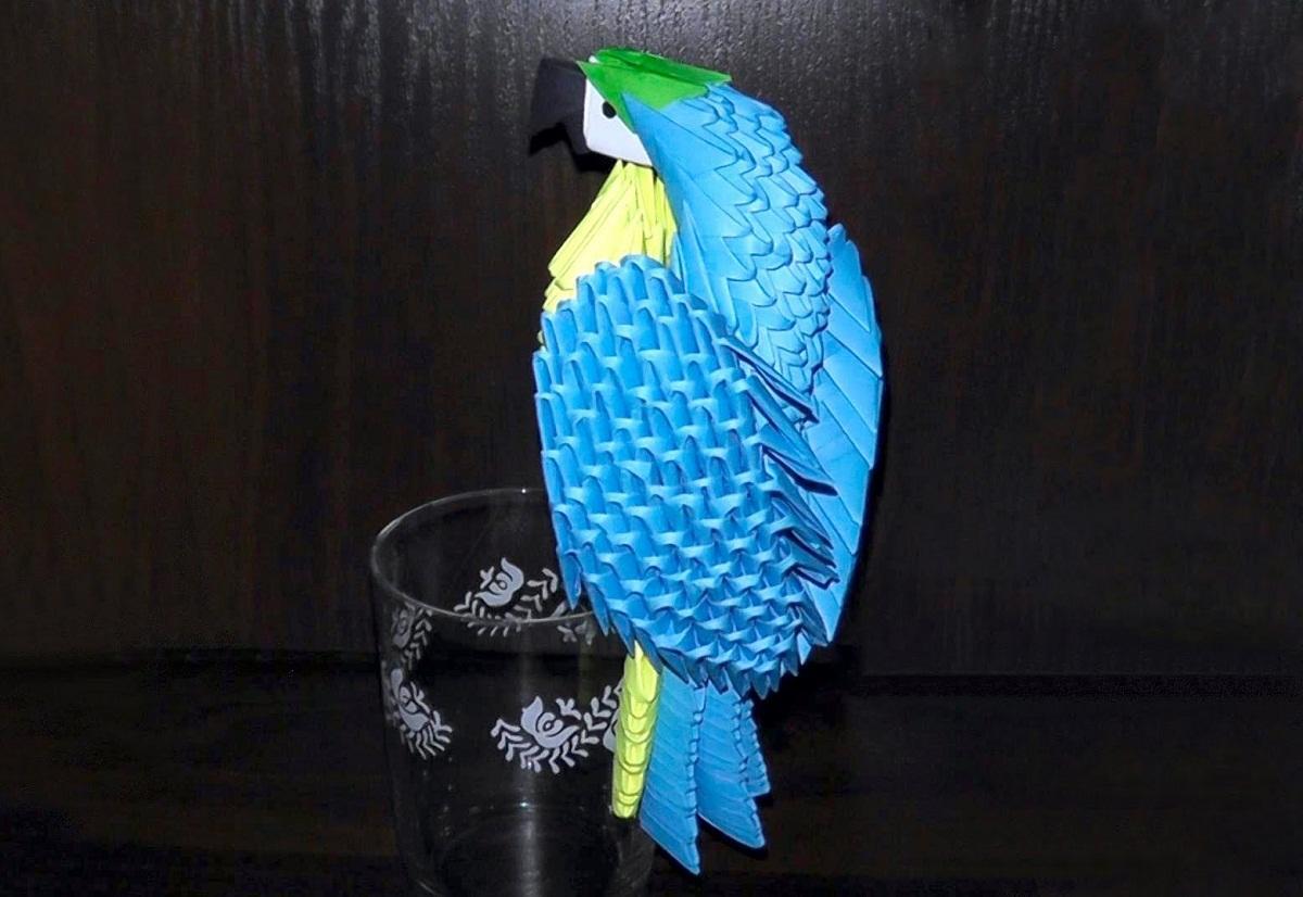 Делая квиллинг попугая, стоит применять бумагу различных цветов