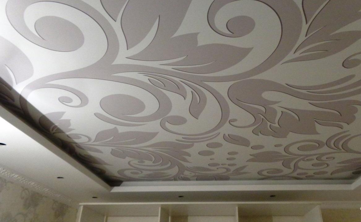 Если в помещении присутствуют колебания температуры или влажности, то следует отдать предпочтение тканевому натяжному потолку