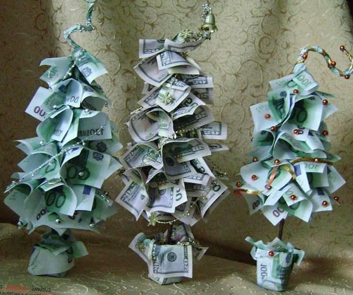 Елка из денежных купюр станет отличным украшением дома в новогодние праздники