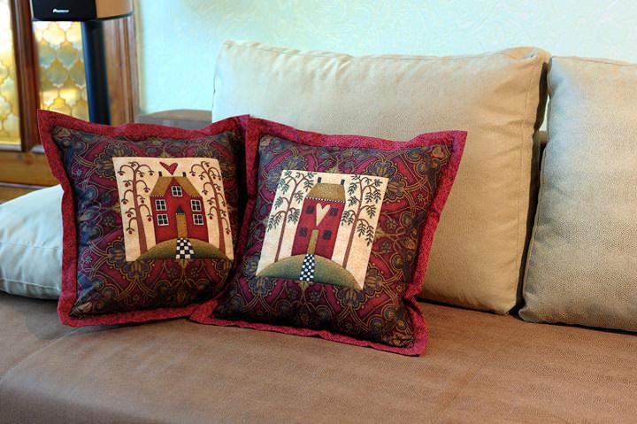 Используя лоскутные пэчворк подушки, можно сделать ярким и красивым общий интерьер, своими руками добавив в него изюминку