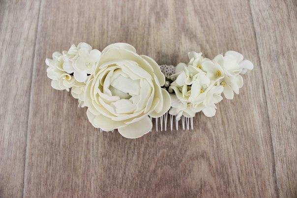 Для украшения прически невесты очень красиво смотрится гребень из фоамирана