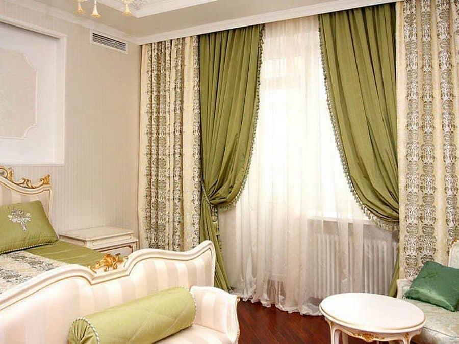 Окно должно быть оформлено в том же стиле, что вся спальня