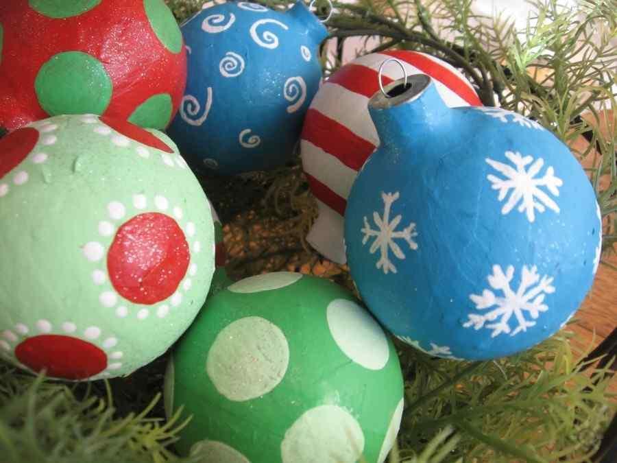 Если не хочется создавать игрушку с нуля, то можно обклеить уже готовое украшение для елки