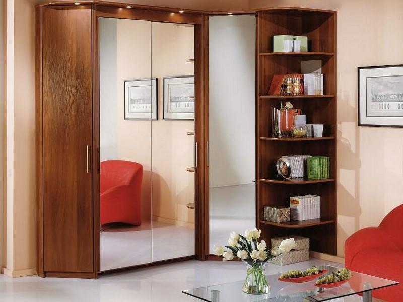 Угловые шкафы являются популярными и востребованными, поскольку они занимают мало свободного пространства