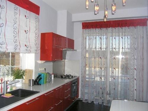 Для штор на кухне можно выбрать разные ткани, имеющие внешнее сходство