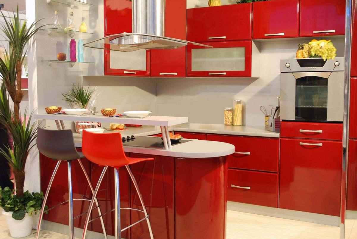 Обычно кухня в красно-белых цветах может сказать о хозяине то, что он обладает довольно креативным и смелым характером