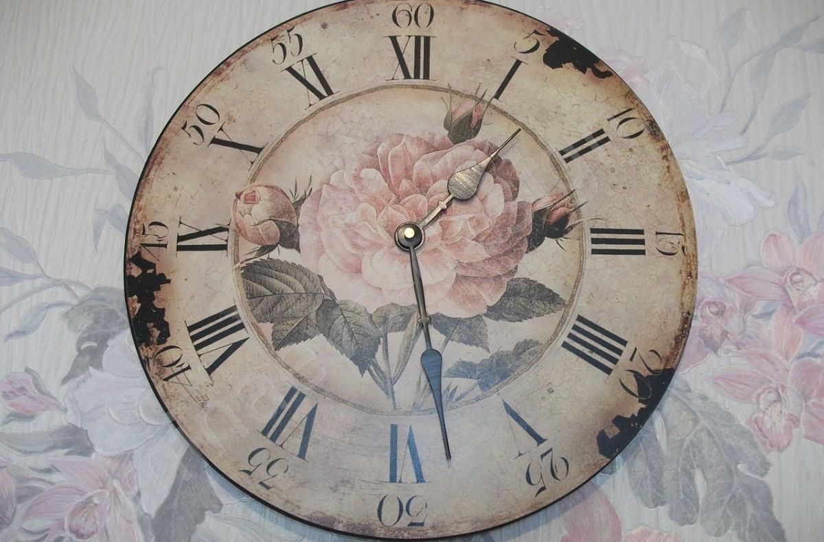 Декупаж часов – отличная идея для подарка.