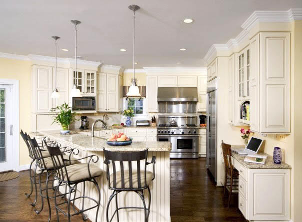 Каждый стиль кухни подразумевает свои элементы дизайна. Этим стоит руководствоваться и при выборе светильников. Для кухни в классическом стиле подойдут светильники в стиле ретро, классических и средневековых форм