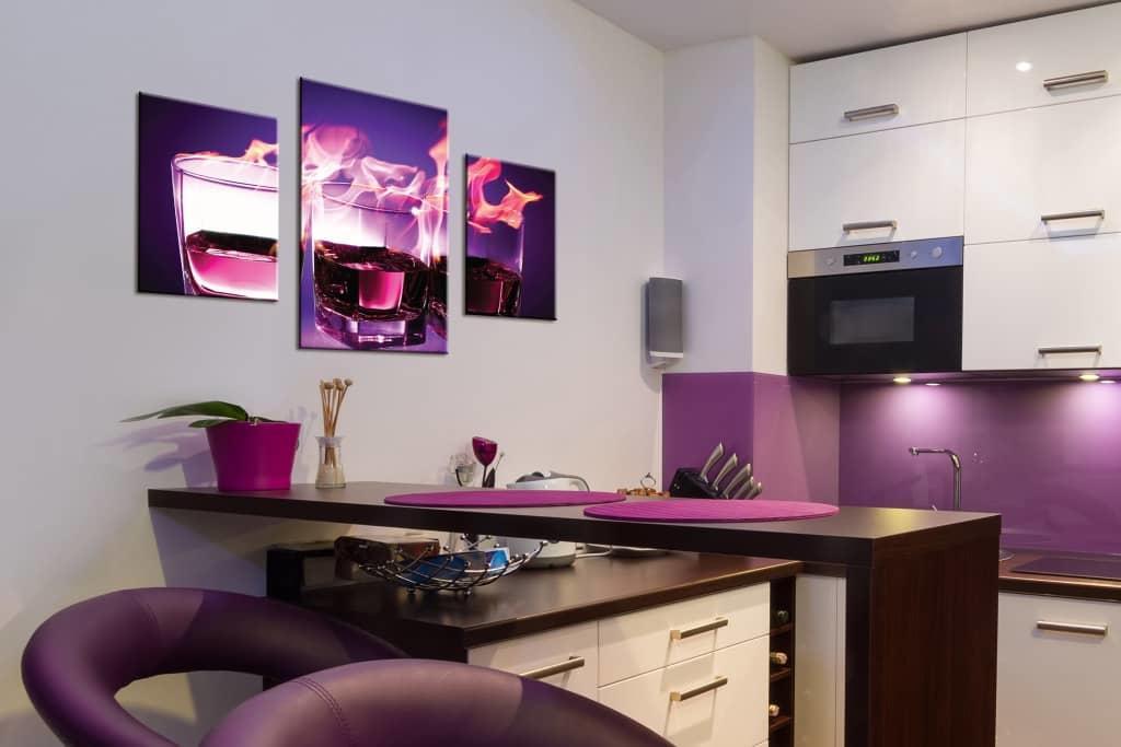 Самые популярные места расположения картин на кухне — над столом, по ширине углового дивана