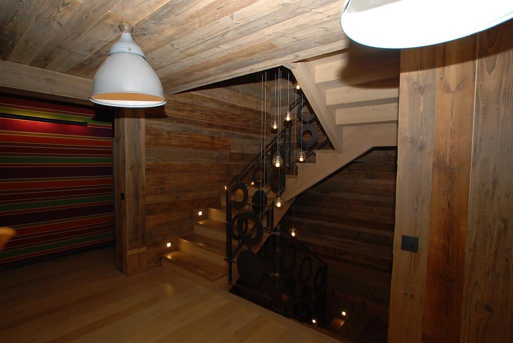 Если вы любите использовать только натуральные материалы, тогда стоит обратить внимание на красивую лестницу шале
