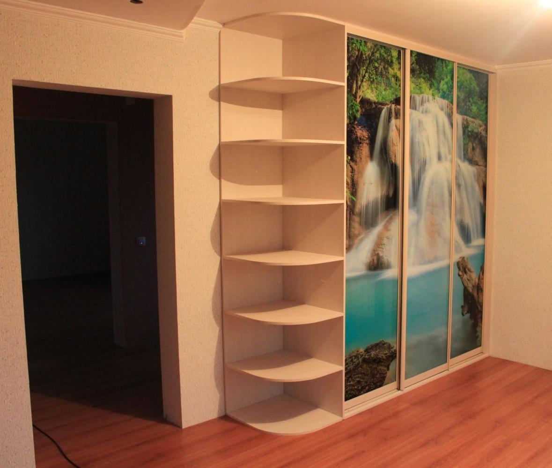 Полувстроенная модель представляет собой шкаф, в котором роль одной боковой и задней стенок играют стены комнаты
