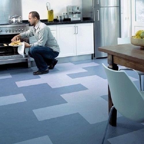 Ламинат, подобранный в тон оттенкам кухни, приятно подчеркнет дизайн и не будет выглядеть бюджетно
