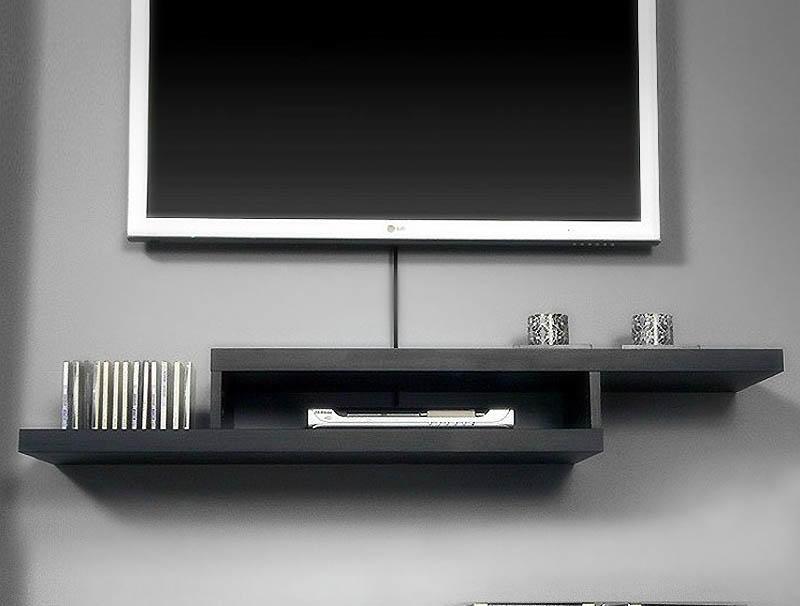 Очень часто можно встретить подвешенный телевизор и полку, предназначенную для DVD, дисков и декоративных элементов