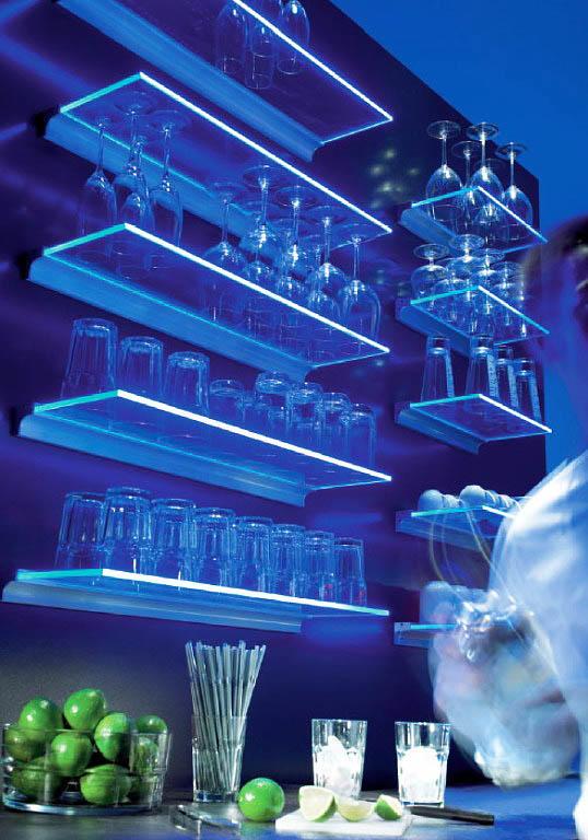 Подсветка стеклянных полок позволит добавить яркие краски в интерьер кухни