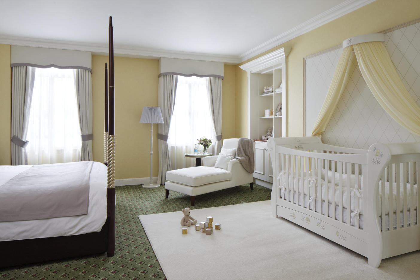 Детскую кроватку нужно размещать в месте, максимально защищенном от сквозняков и электромагнитных излучений