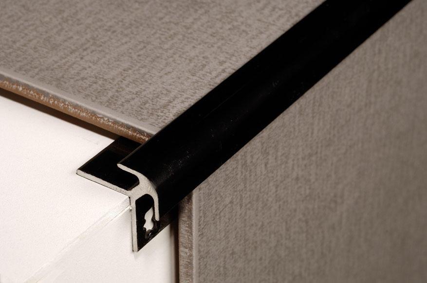 Процесс кладки плитки и уголков требует соблюдения технологии и максимальной точности