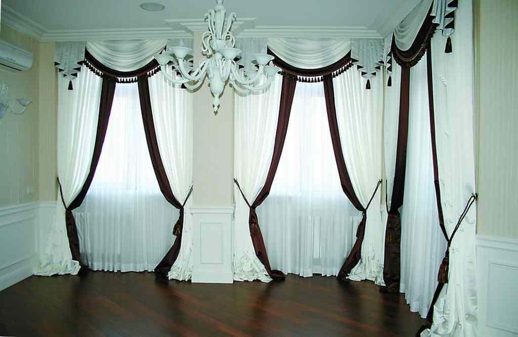 Даже самые непримечательные и дешевые шторы можно украсить с помощью ламбрекенов