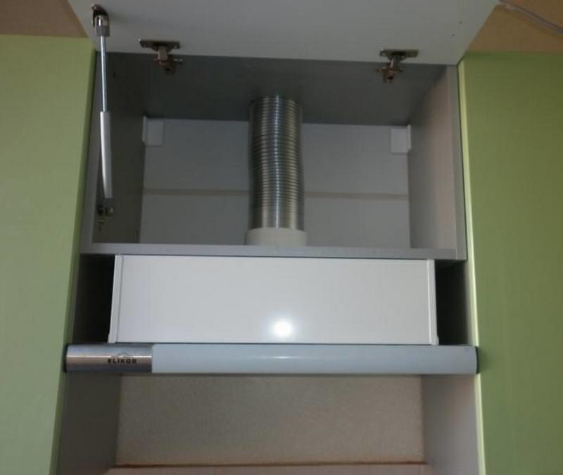 Установить вытяжку в шкаф можно даже новичку, обладающему базовыми навыками владения инструментом