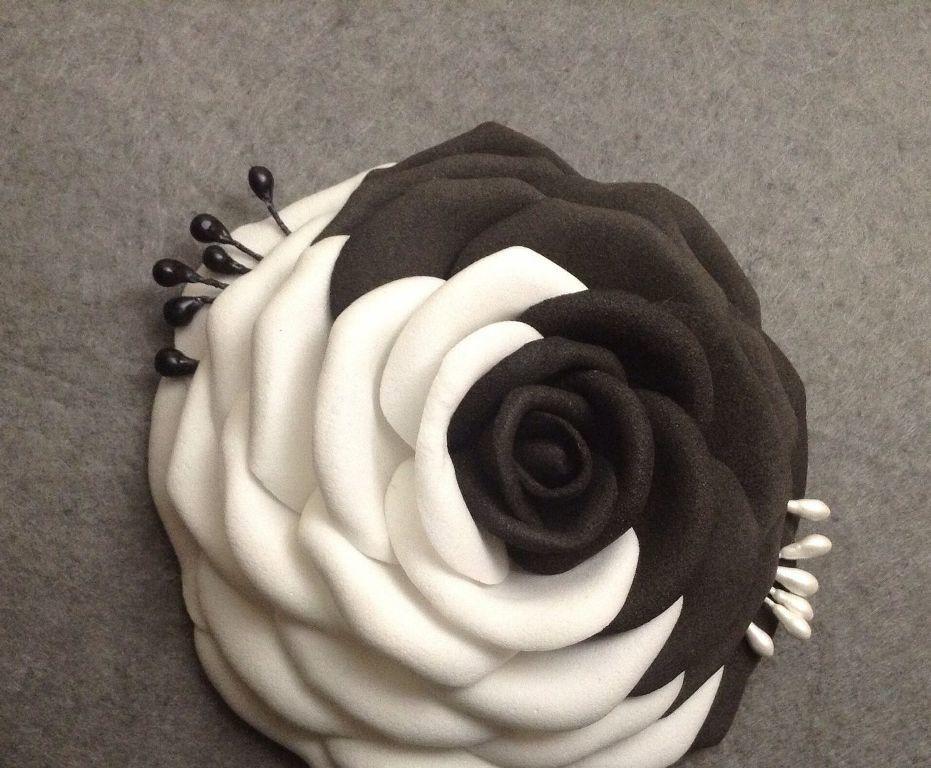 Необычным и оригинальным подарком станет стильная черно-белая роза из фоамирана в стиле инь-янь