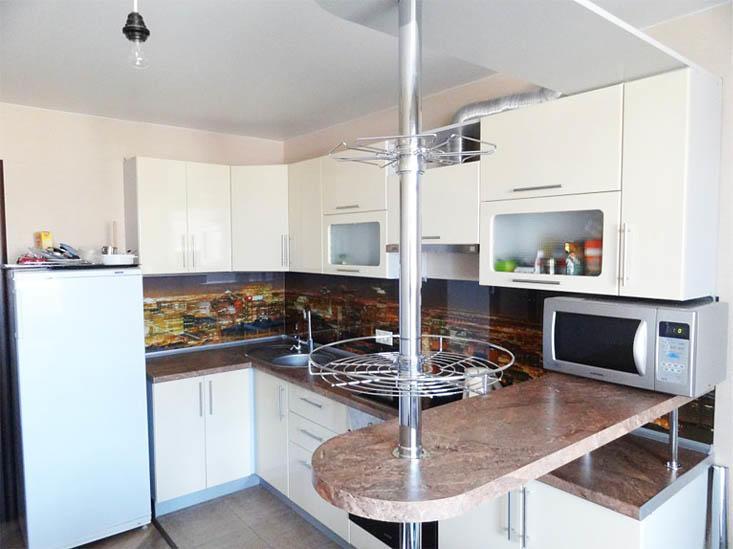 Барная стойка в кухне 9 кв. м не только позволит визуально разделить помещение на 2 пространства, но и сделает кухню чуть функциональнее