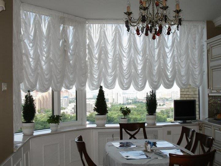 Для пошива французской шторы на кухню лучше выбирать устойчивую ткань