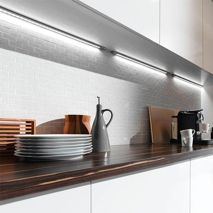Эффектно подчеркнуть фартук можно, разместив мебельную подсветку рабочей зоны максимально близко к нему