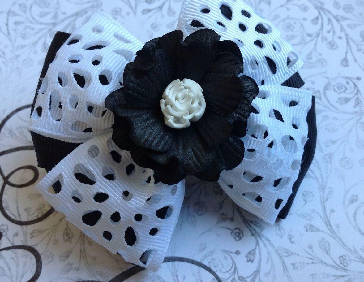 Разнообразить повседневный образ можно при помощи красивой и интересной заколки, которая украшена бантиками и цветком из фоамирана