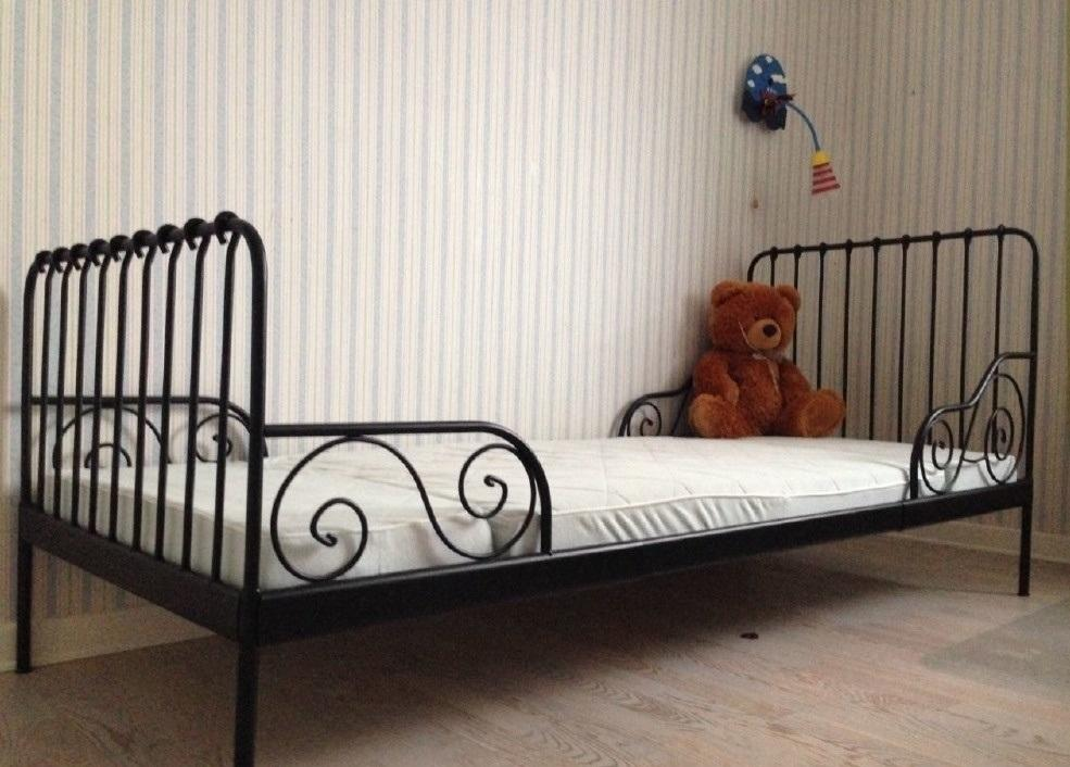 Очень красивой и удобной является кованная кровать Икеа, которая подходит для детей старше 6 лет