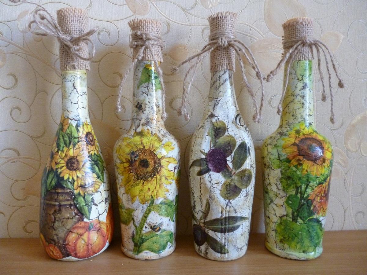 После декупажа бутылки с помощью салфеток необходимо покрыть ее поверхность акриловым лаком