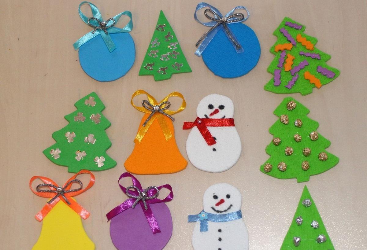 Для детей отлично подходят новогодние украшения из фоамирана