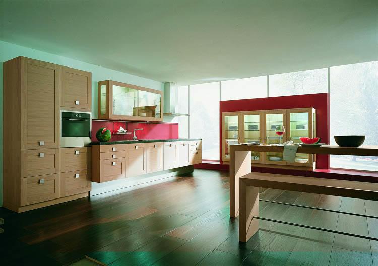 Расположите на кухне все что нужно и ничего лишнего, чтобы комната не казалась совсем пустынной, но и не была загроможденной