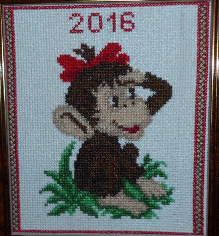 Оригинально попрощаться с годом обезьяны можно достаточно креативно при помощи тематической вышитой картины крестиком