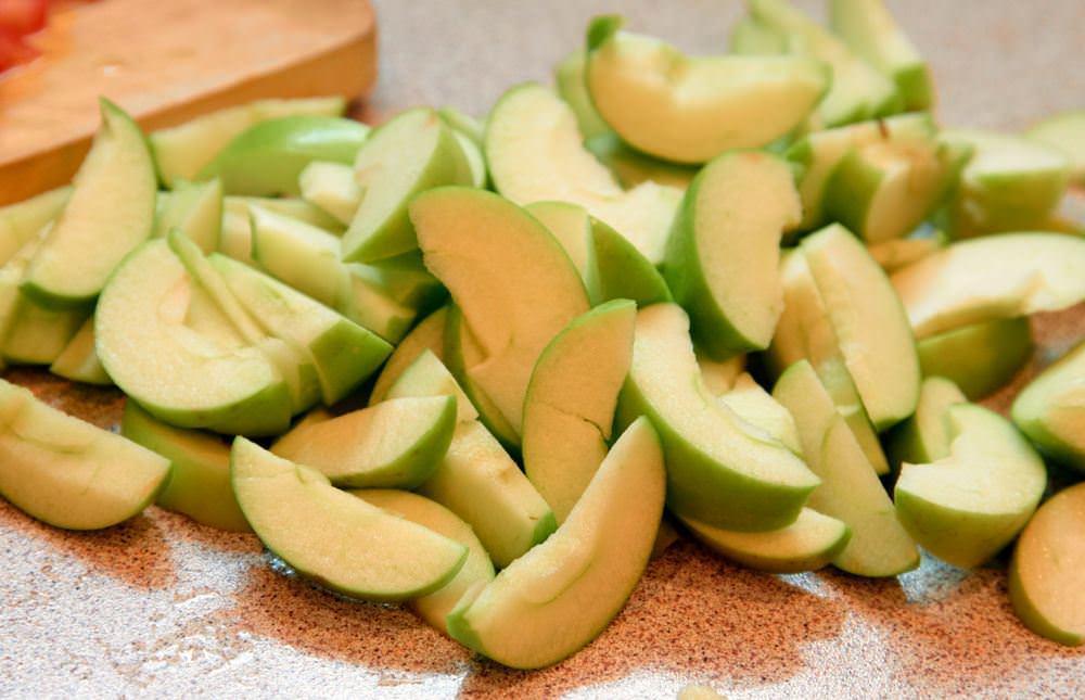 Яблоки нужно порезать на одинаковые дольки. Кожицу снимать не обязательно