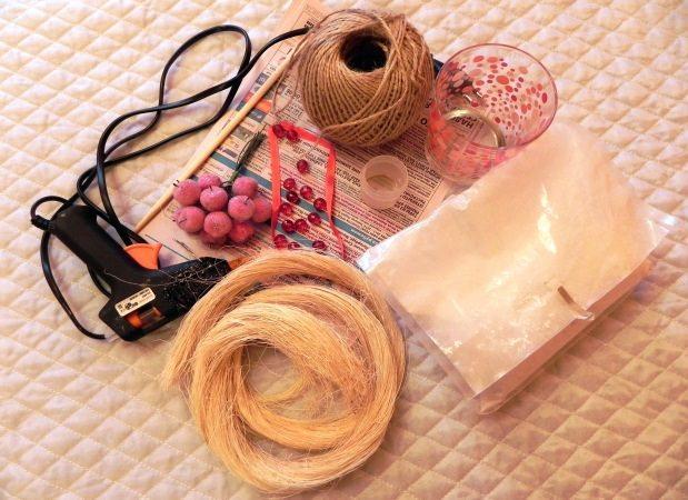 В основной «набор» материалов для изготовления топиария входит шар-основа, палочка для ствола, кашпо, связующие смеси (клей, гипс) и элементы декора