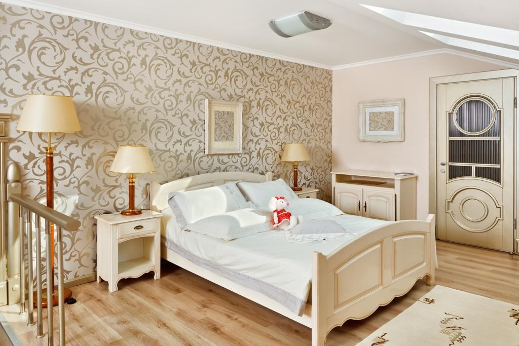 Светлые и нейтральные цвета обоев позволят визуально увеличить небольшое помещение спальни