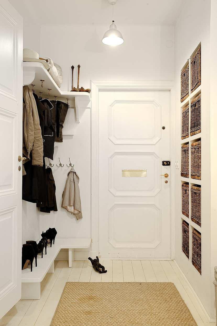 В узком коридоре с помощью элементов декора можно визуально увеличить пространство