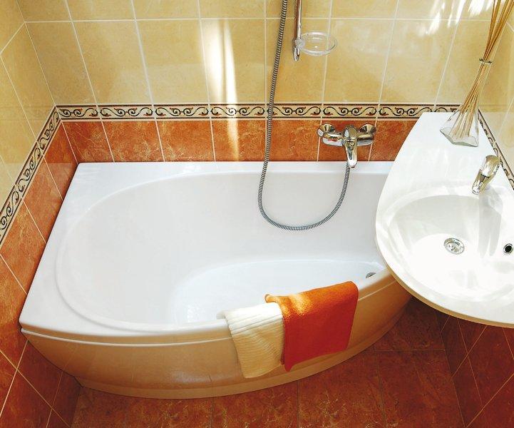 Раковина над ванной оригинальной формы будет достаточно удобной