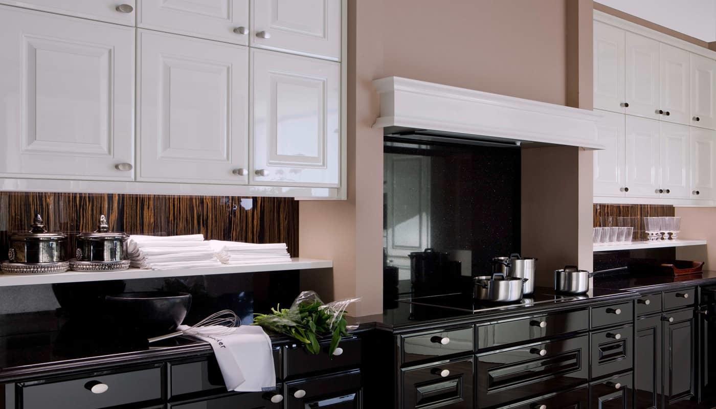 Глянцевые фасады смотрятся довольно ярко, эффективно и кокетливо, они делают кухню более просторной и живой