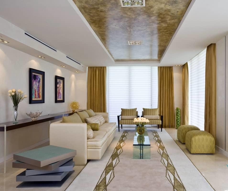 Очень оригинально и красиво смотрится натяжной потолок с гипсокартоном по периметру, он станет изюминкой в интерьере комнаты