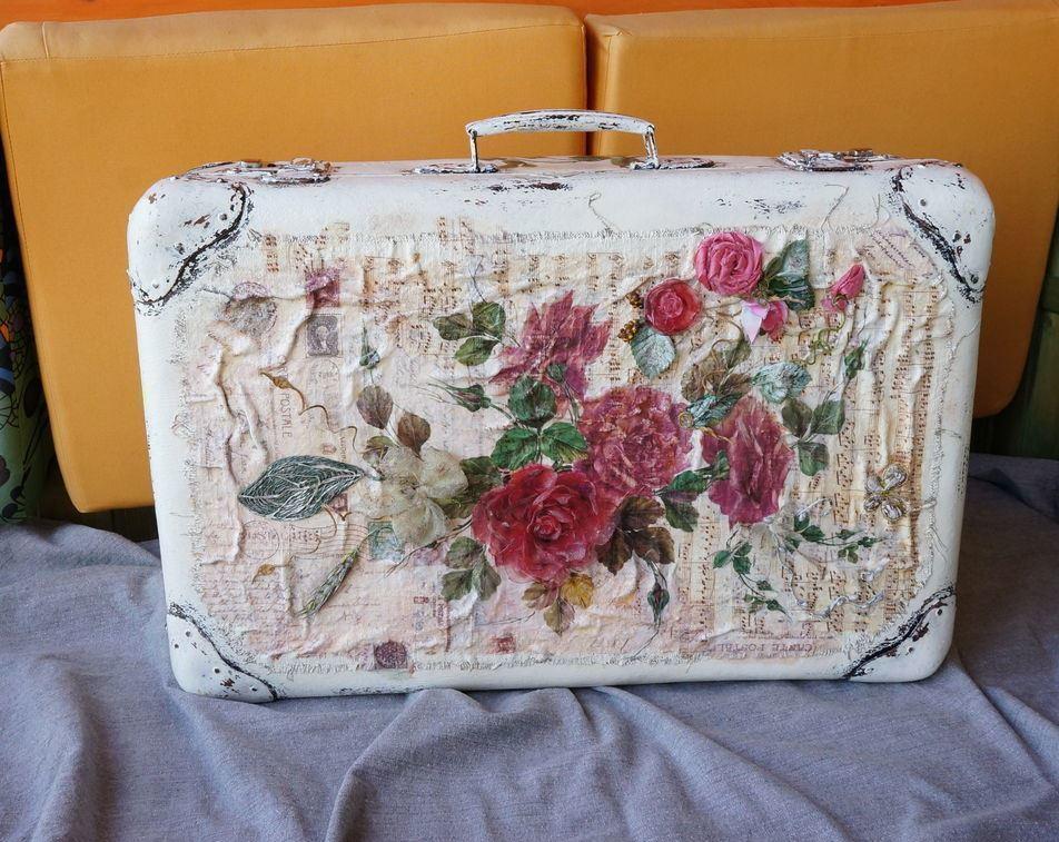 Сделать необычный и модный декупаж чемодана помогут яркие салфетки с красивыми цветами
