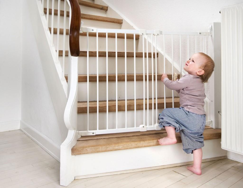 Ворота безопасности на лестницу могут быть изготовлены из металла или дерева