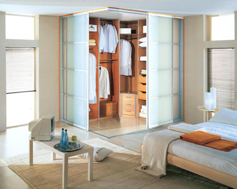 Отделить гардеробную от комнаты можно с помощью раздвижных дверей из стекла или дерева