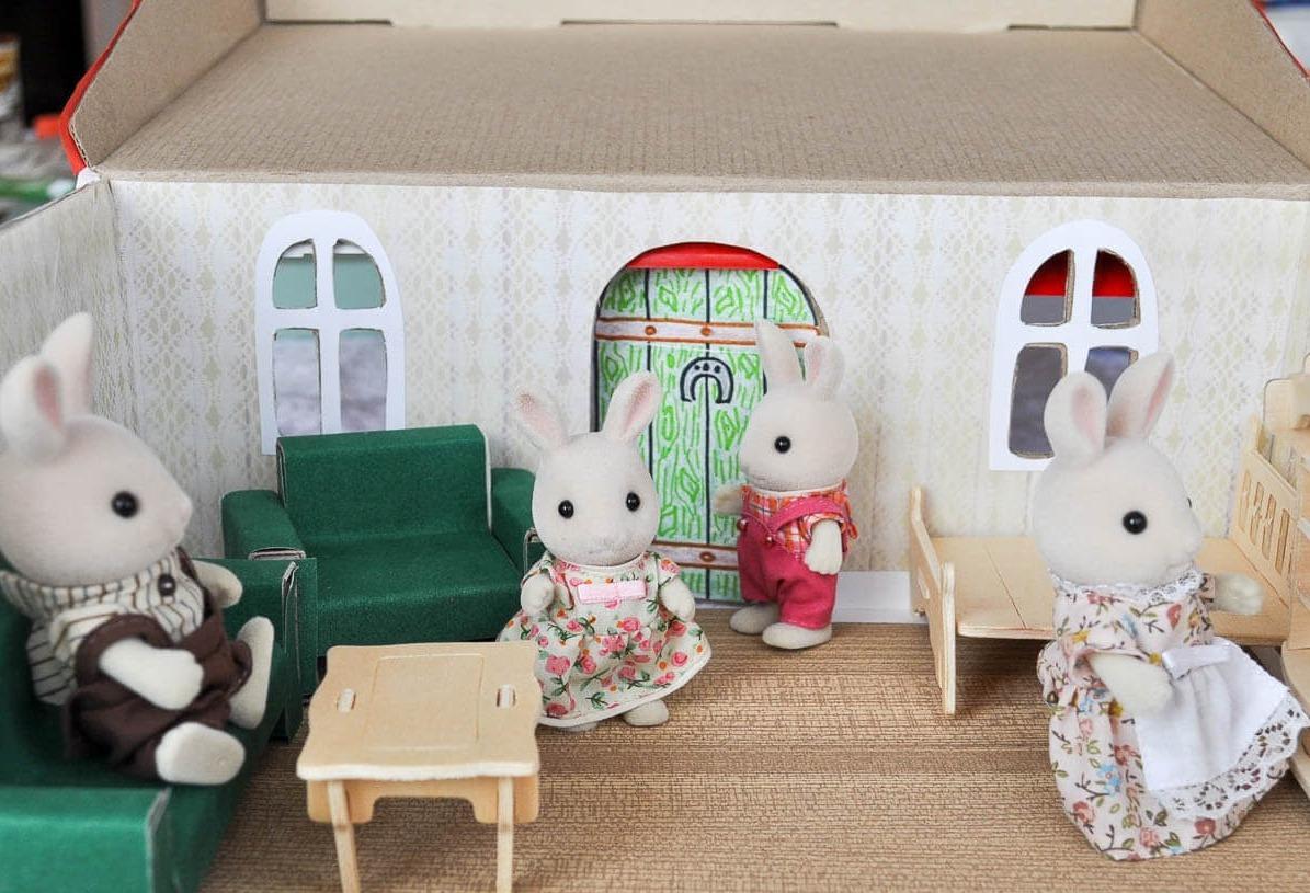 Если вы решили вдвоем с ребенком изготовить маленький домик, тогда для этой цели можно использовать обычную обувную коробку