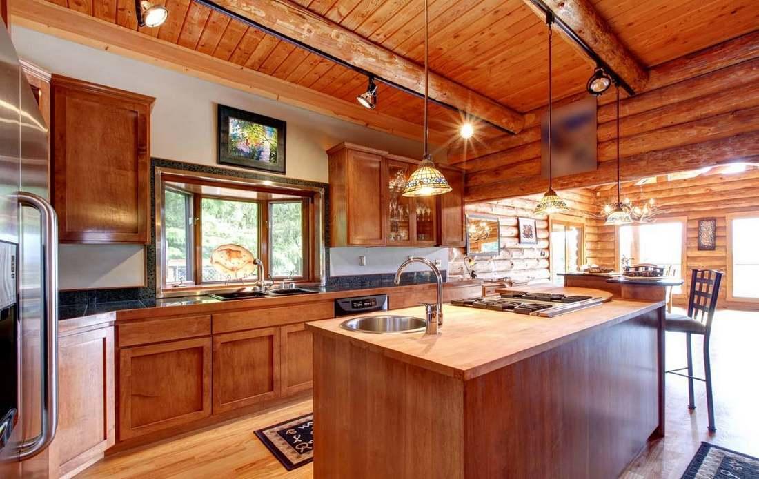 Жилье из экологичного материала у многих ассоциируется с природой, отдыхом, чем-то настоящим, поэтому дизайн кухни в деревянном доме должен вызывать чувство умиротворенности и способствовать релаксации