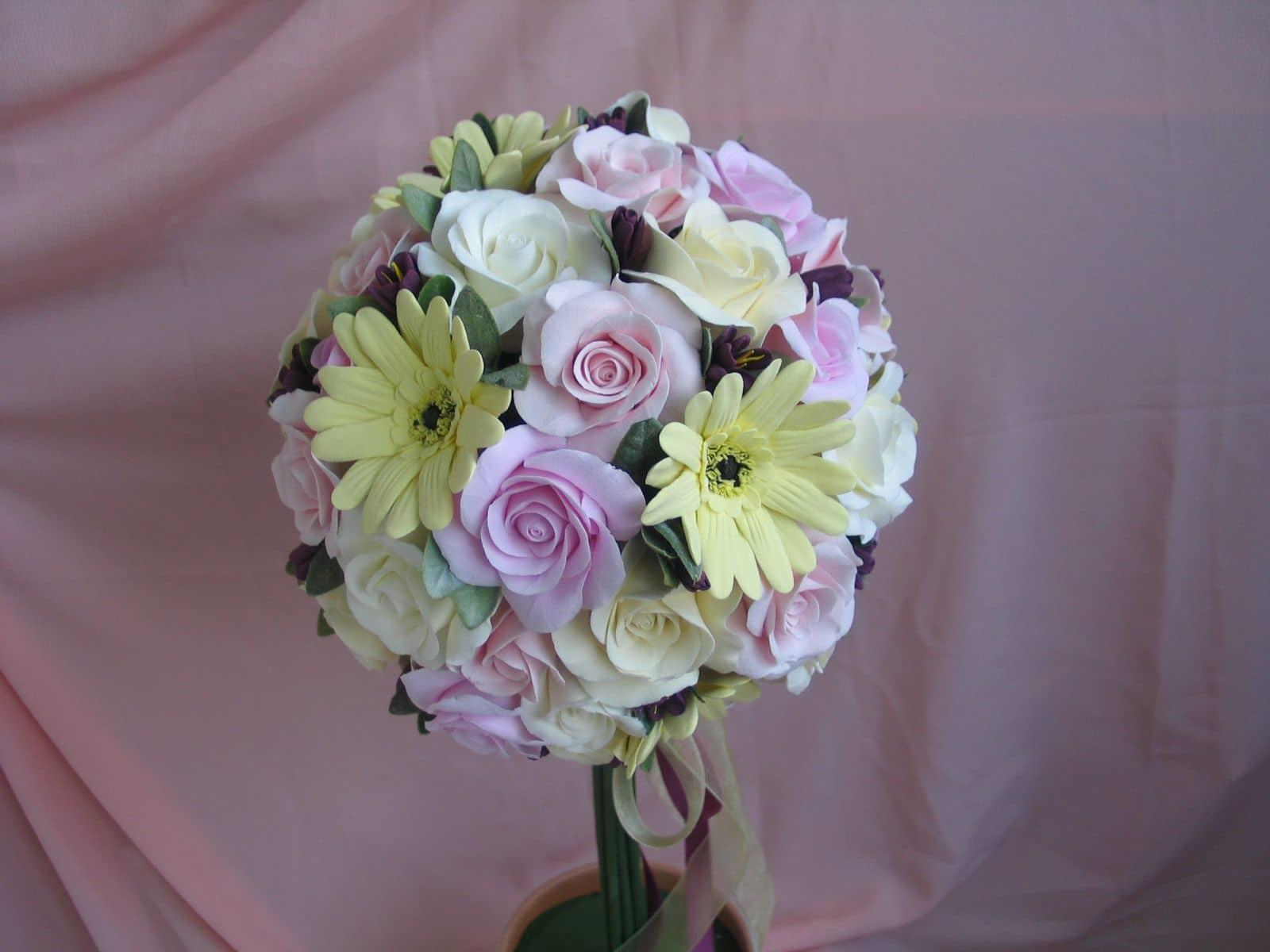 Топиарий из цветов смотрится очень красиво и оригинально. Часто их ставят не только в квартире, но и в офисах, так как они актуальны везде и способны украсить любое помещение