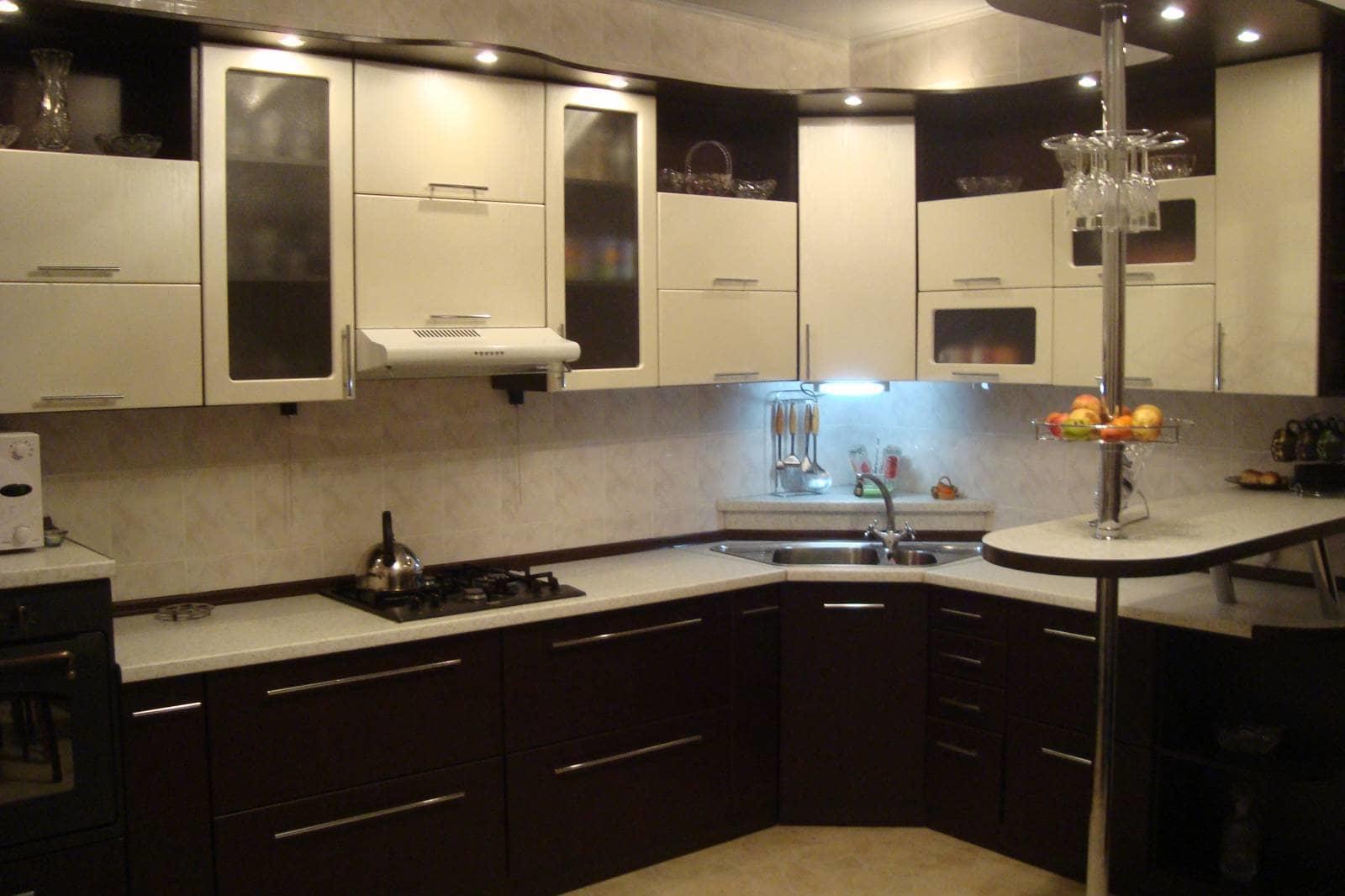 Идеальный вариант планировки мебели позволит вам максимально задействовать свободное угловое пространство, превращая его в удобное место для хранения различных кухонных принадлежностей