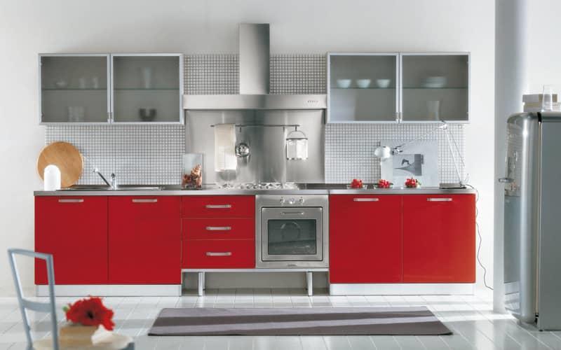 Кухня в красно-белых тонах выглядит: с одной стороны — традиционной и сдержанной, с другой — яркой и праздничной