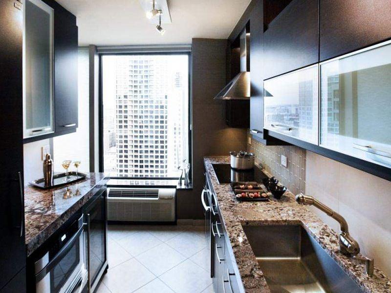 В узкой кухне настенные шкафчики рекомендуется вешать как можно выше