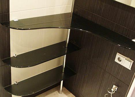 Угловые стеклянные полки приятно будут дополнять дизайн кухни