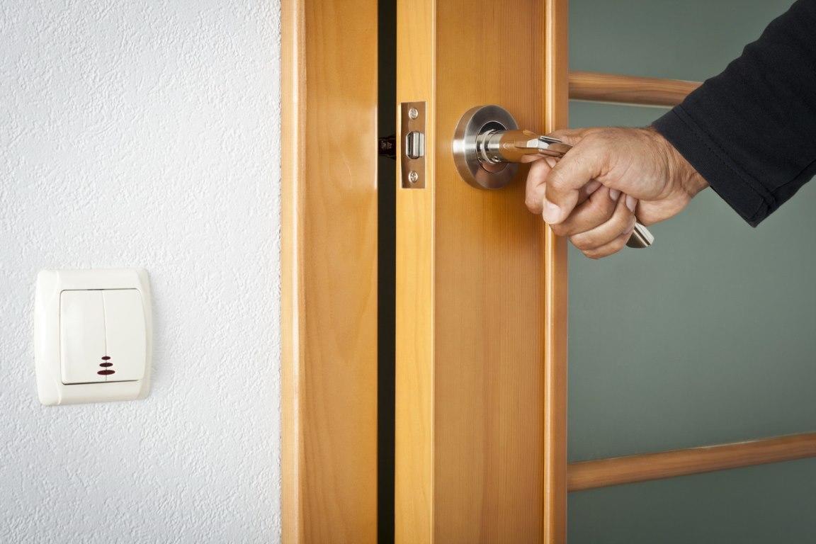Если вы заметили, что дверь рассохлась, ее следует снять с петель и смазать специальным клеем